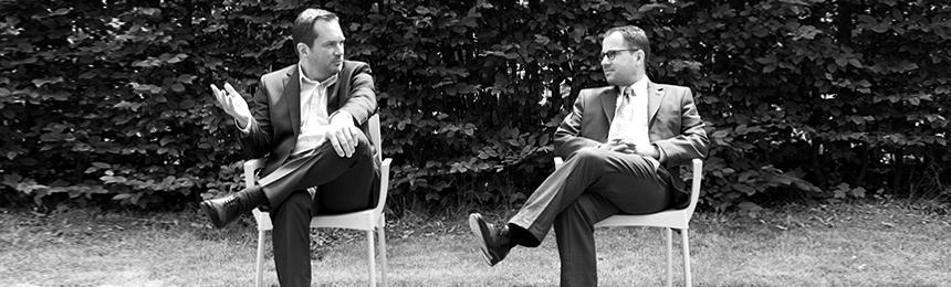 Weisgerber1928 - Schwarzweiss Foto Norbert Roth und Michael Weisgerber sitzend in der Natur
